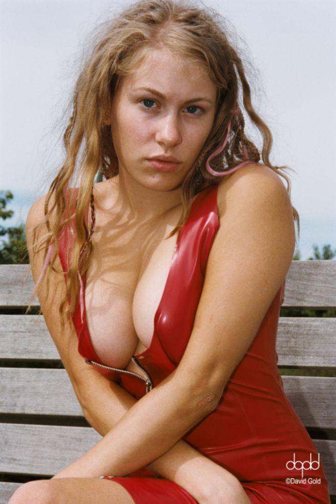 http://www.dgoldphoto.com/images/ELLIE%20-%20ON%20LOCATION%20AUG%202012-IMP.jpg